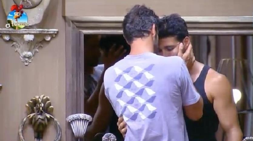 4.out.2014 - Preocupado com Marlos que machucara o pescoço, Diego Cristo recebe o peão depois de ter sido consultado por um médico na madrugada deste sábado, em