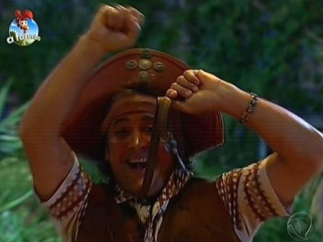 4.out.2014 - Roy Rosselló exibe a chave que conquistou na prova da semana durante festa em