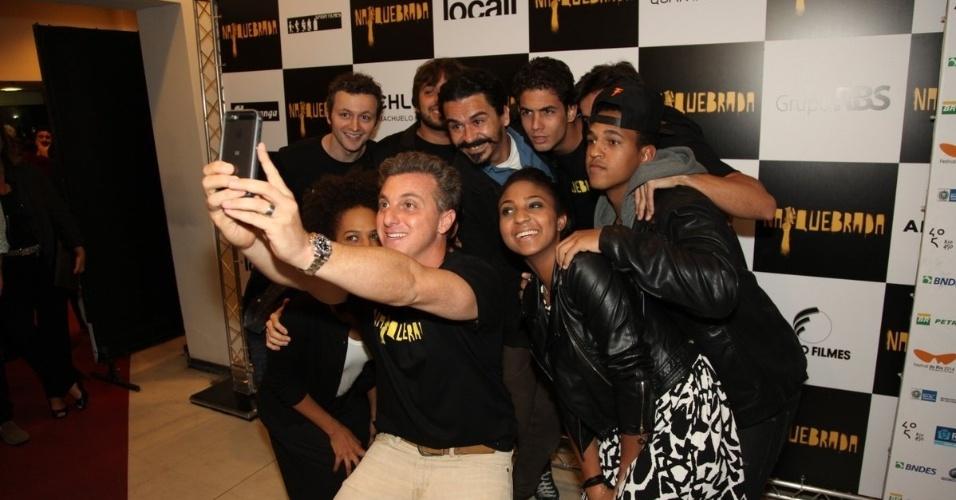 4.out.2014 - Luciano Huck faz selfie com o elenco de