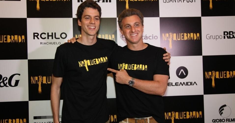 4.out.2014 - Luciano Huck prestigia o irmão Fernando Grostein Andrade no lançamento do filme