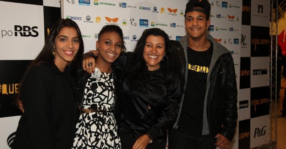 4.out.2014 - Regina Casé e sua filha Benedita acompanham o lançamento do filme