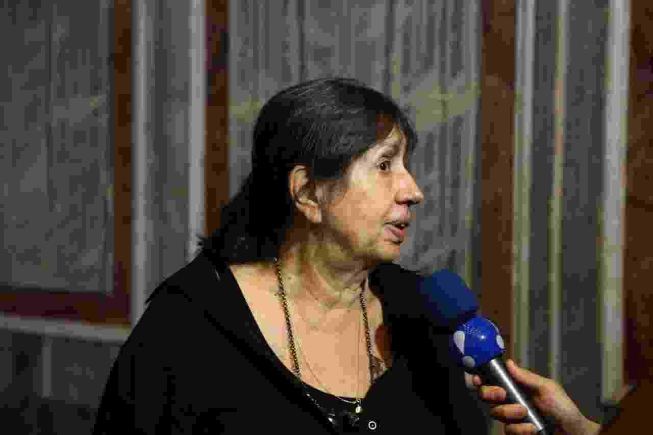 5.out.2014 - A viúva de Hugo Carvana, Martha Alencar, atende a imprensa durante o velório do ator - Marcello As Barretto/AgNews