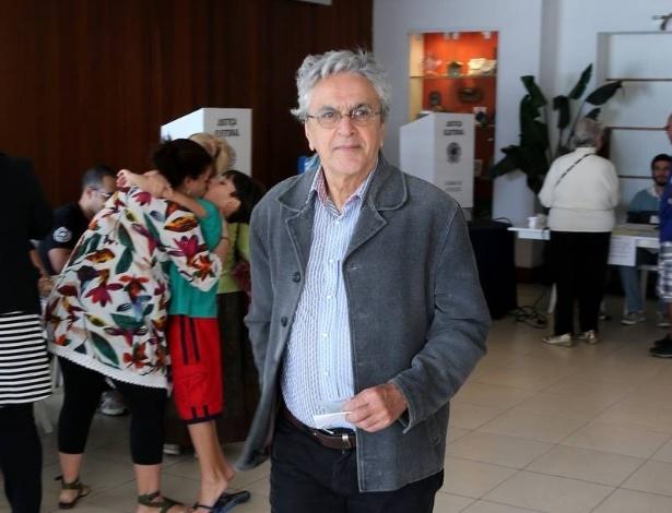 5.out.2014 - Caetano Veloso vota na zona sul do Rio de Janeiro. O músico já declarou apoiar a candidata Marina Silva, candidata a Presidência da República