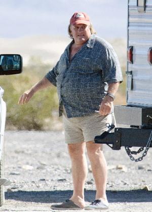 """06.10.2014 - Bem acima do peso, Gérard Depardieu é visto no set de filmagem do longa """"La Vallee de L'Amour"""", em que contracena com Isabelle Huppert"""