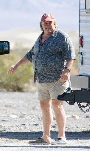 06.out.2014 - Bem acima do peso, Gérard Depardieu é visto no set de filmagem do longa