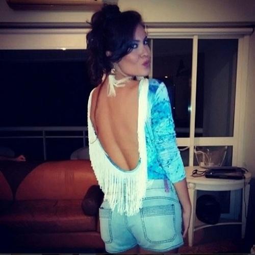 """12.abr.2014 - Na tendência do """"beijinho no ombro"""", a atriz Ana Carolina Dias, atualmente no ar em """"Império"""", posou de costas e evidenciou o derrière"""