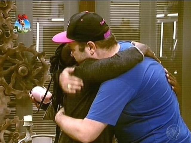 1.out.2014 - Felipeh Campos dá abraço em Neném ao se desculpar por comentários ofensivos em