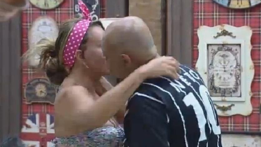 22.set.2014 - Oscar Maroni dá beijo de bom dia em Cristina Mortágua em