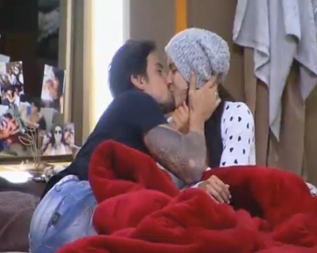 28.set.2014 - Depois de aposta, Débora Lyra dá selinho em Léo Rodriguez em