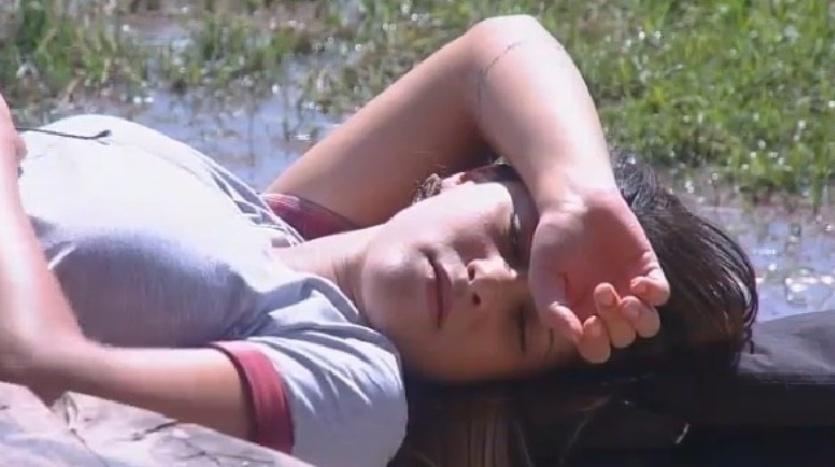 6.out.2014 - Babi Rossi cochila e toma sol no celeiro de