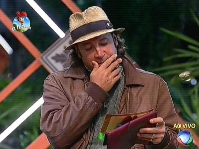 6.out.2014 - Depois de indicar Lorena Bueri para a roça, Roy Rosselló abre o segundo envelope da arca e descobre que sua indicação foi anulada em votação do público