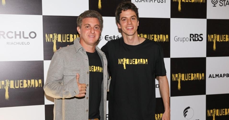 """6.out.2014 - Luciano Huck e seu irmão, Fernando Grostein Andrade, diretor do filme """"Na Quebrada"""", que é baseado em histórias do Instituto Criar"""