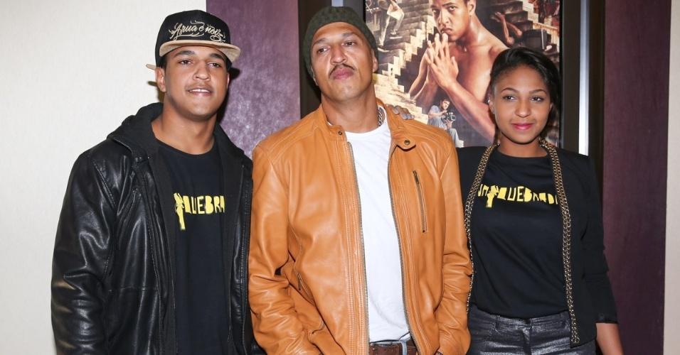 """6.out.2014 - Mano Brown e seus filhos, Gerson (Jorge Dias) e Mônica (Domênica Dias), que estrelam o longa """"Na Quebrada"""""""