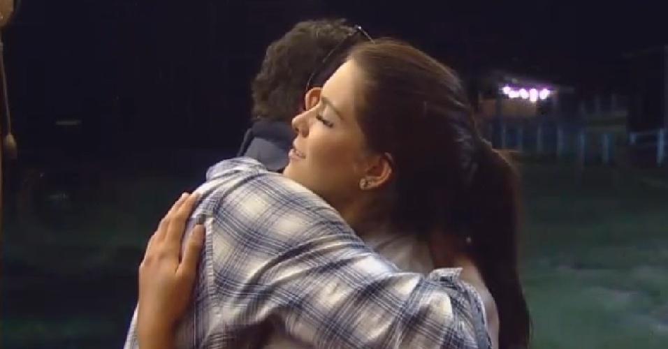 6.out.2014 - Marlos Cruz abraça Débora Lyra depois de machucá-la sem querer em