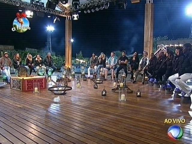 """6.out.2014 - Peões se reúnem para a formação da terceira roça de """"A Fazenda 7"""""""