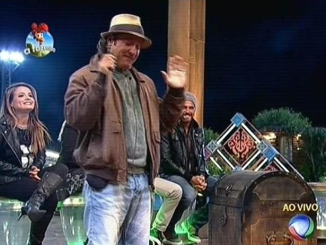 6.out.2014 - Roy Rosselló começa a votação da semana, abrindo a arca que venceu com o poder da chave. Como prêmio, ele recebe uma imunidade e também o pode de imunizar alguém. A escolhida é Débora Lyra