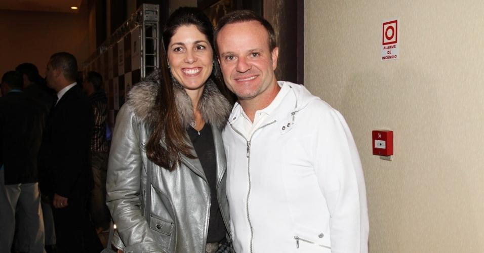 """6.out.2014 - Rubinho Barrichello vai com a mulher, Silvana, à pré-estreia do filme """"Na Quebrada"""", em São Paulo"""