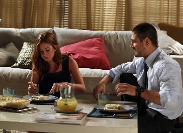 João Lucas janta com Isis e diz que a ama em
