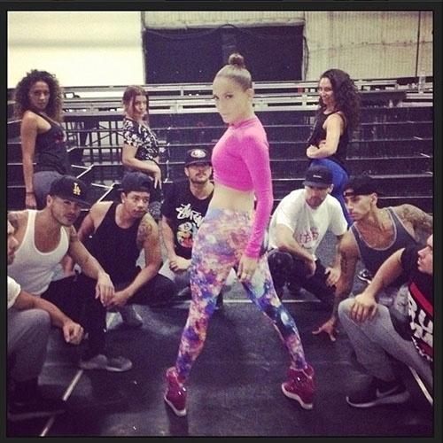 set.2014 - Jennifer Lopez ensaia com seus dançarinos e compartilha o clique no Instagram