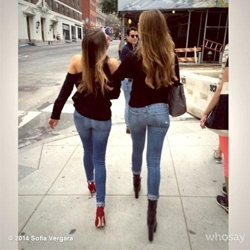 """set.2014 - Sofia Vergara mostrou um clique dela e da sua irmã, Claudia, de costas. """"Nós estamos nos sentindo muito 'J-Lo Booty' em Nova York"""", brincou a atriz na legenda, referindo-se ao clipe da música """"Booty"""", de Jennifer Lopez"""