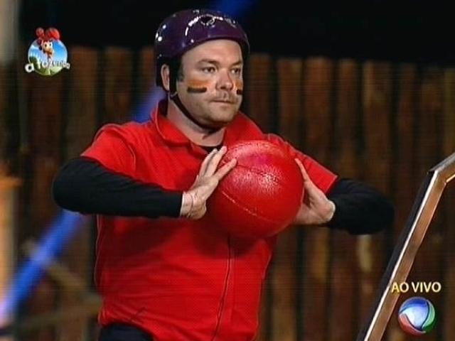 7.out.2014 - Felipeh Campos arremessa a primeira bola na prova que decide o fazendeiro da semana de