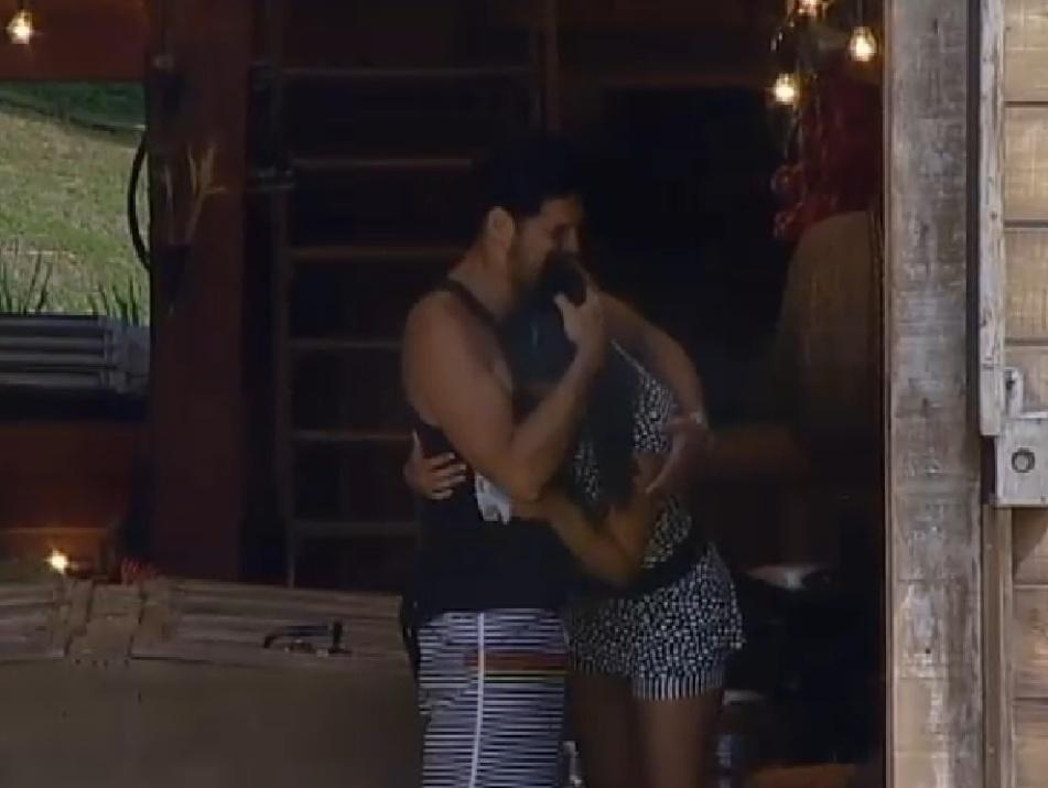 7.out.2014 - Marlos Cruz recebe abraço de Débora Lyra depois de se queixar de saudades da filha em