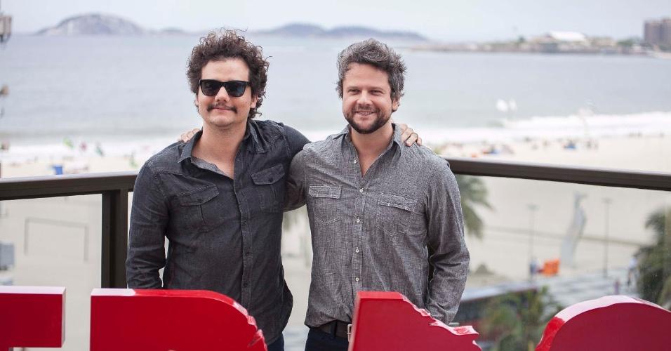 7.out.2014 - Os atores Wagner Moura e Selton Mello com o diretor Stephen Daldry na coletiva do filme