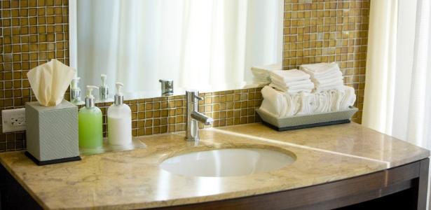 Ao escolher uma cuba de embutir, você ganha espaço na bancada do banheiro - Getty Images