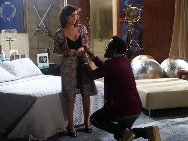 Brian (Lázaro Ramos) pede perdão Lara (Elisa Pinheiro) e fica arrasado com a negativa da mulher. O guru volta agir como um adolescente gótico