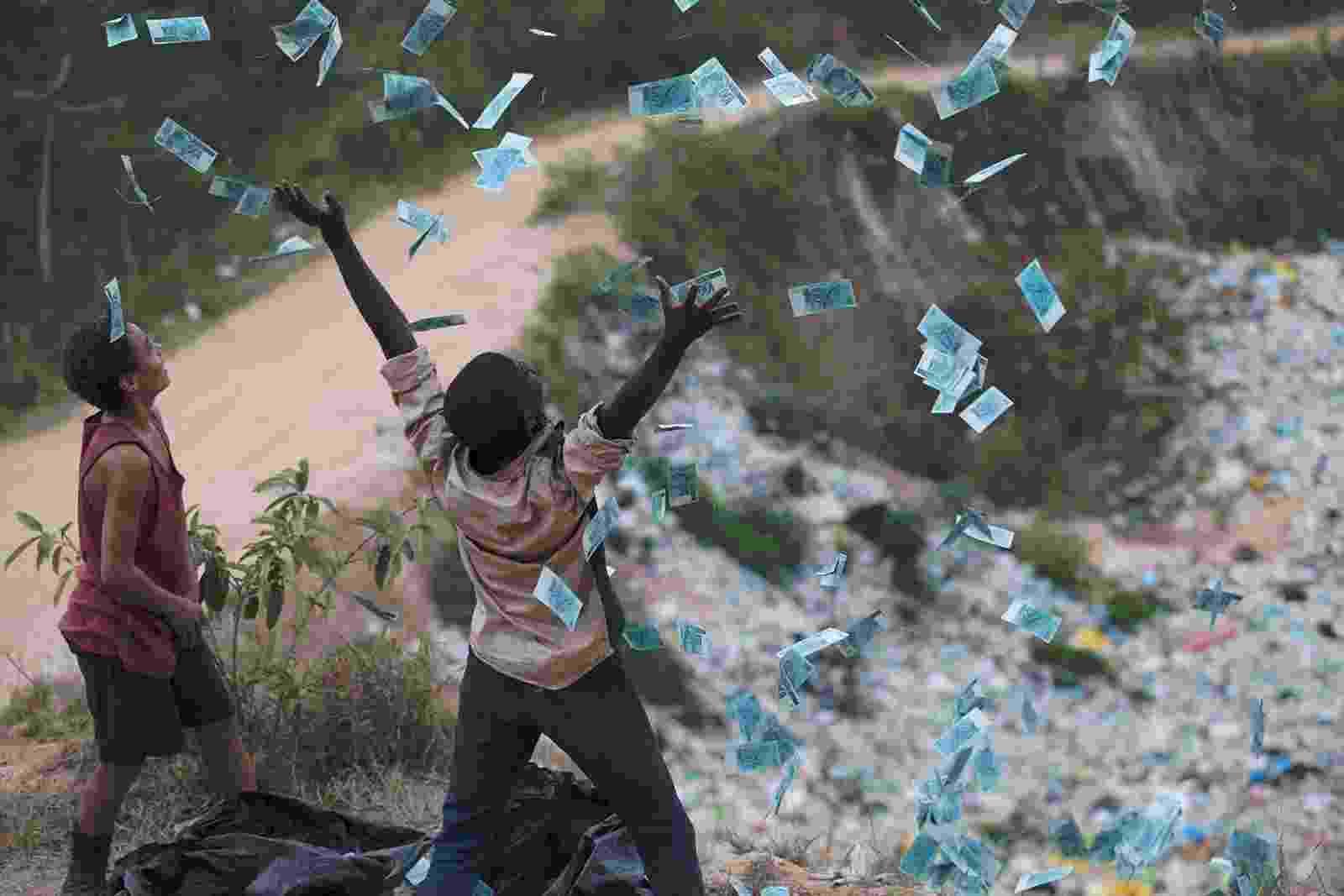 """Cena de """"Trash - A Esperança Vem do Lixo"""" - Divulgação"""