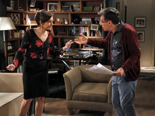 Cora entrega exame para Téo e o deixa empolgado em