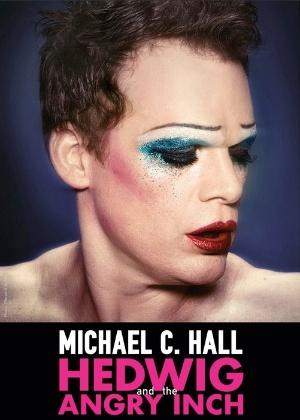 """Michael C. Hall em cartaz da peça da Broadway """"Hedwig and the Angry Inch"""" - Reprodução"""