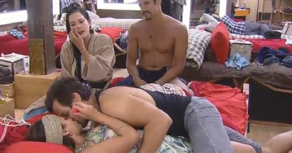 """08.10.2014 - Babi Rossi e Léo Rodriguez se beijam em """"A Fazenda 7"""""""