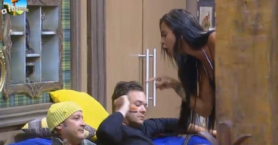 """08.out.2014 - Lorena Bueri discute com o peão Roy Rosseló em """"A Fazenda 7"""""""