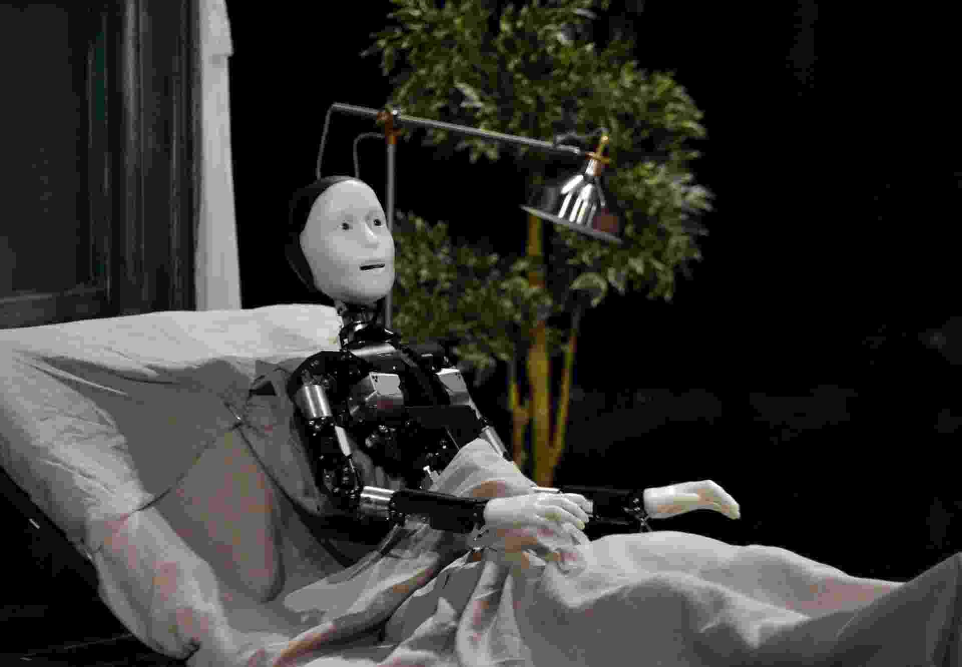 """7.10.2014 - O androide Repliee S1, na adaptação japonesa de """"A Metamorfose"""", de Franz Kafka, durante o ensaio da peça em Yokokama - Yoshikazu Tsuno/AFP"""