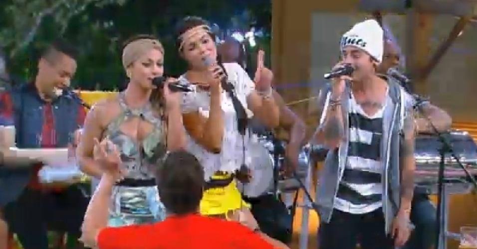 """8.out.2014 - Babi Rossi, Débora Lyra e DH cantam o funk """"Toda Toda"""" junto com o grupo Molejo em festa de """"A Fazenda 7"""""""