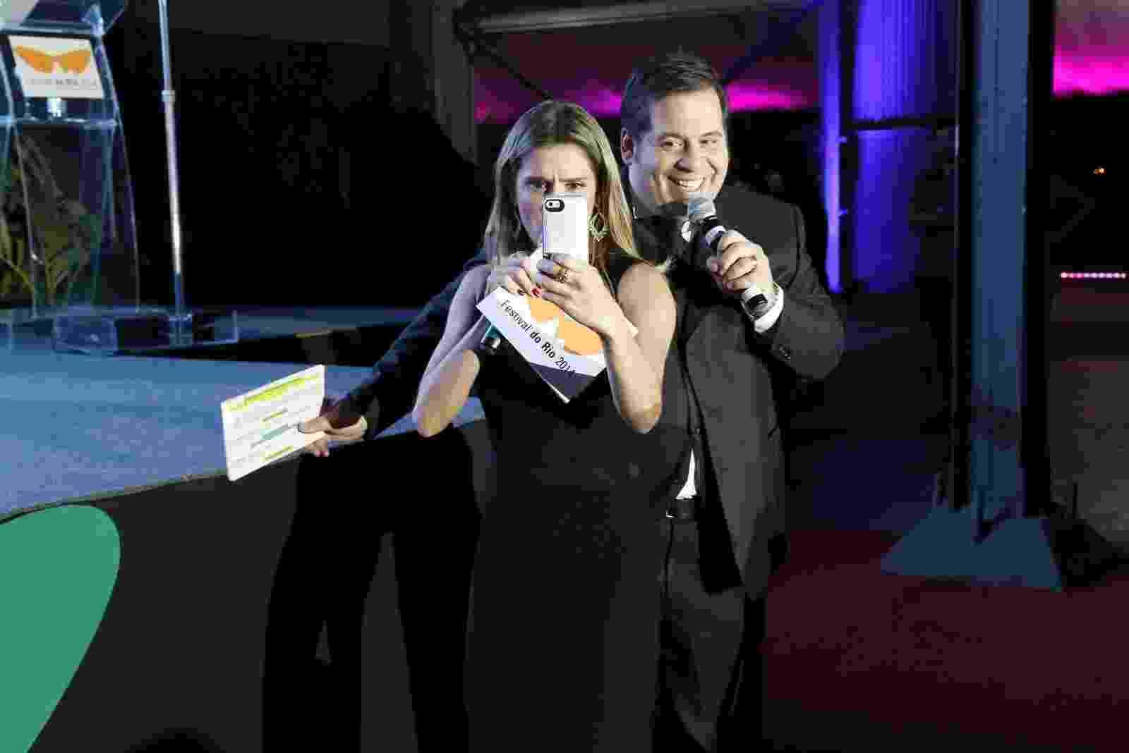 8.out.2014 - Deborah Secco e Leandro Hassum apresentam festa de encerramento do Festival de Cinema Rio - Alex Palarea e Felipe Assumpção/AgNews