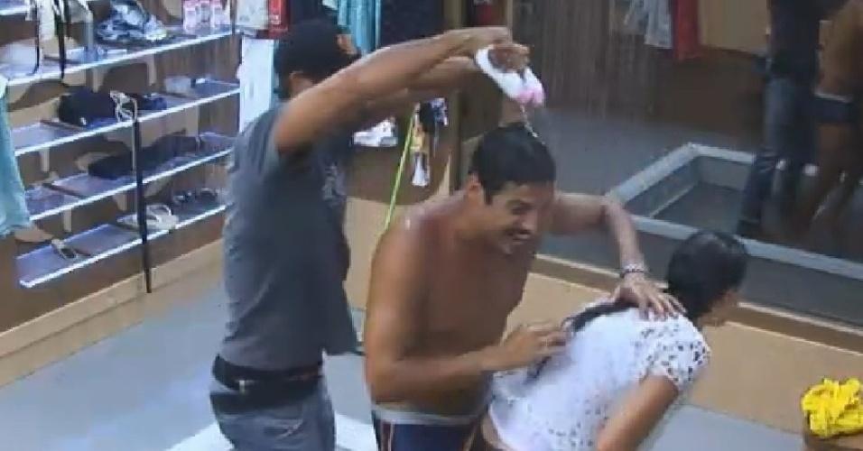 8.out.2014 - Diego Cristo joga sabonete em Marlos Cruz e Débora Lyra no banheiro de