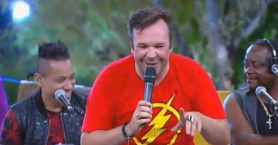 """8.out.2014 - Felipeh Campos sobe ao palco e participa de brincadeira com o grupo Molejo em """"A Fazenda 7"""""""