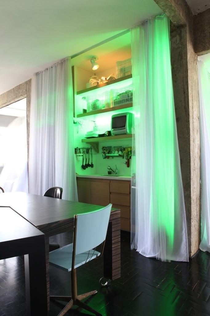 Detalhe do espaço da cozinha, delimitado por uma fluida cortina, no apartamento Bohemian Cyborg, assinado por Guto Requena
