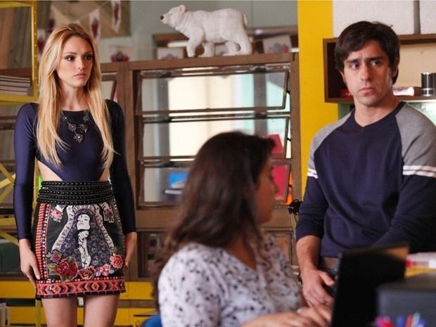 Megan descobre com Ernesto que o namorado viajou para Curitiba em