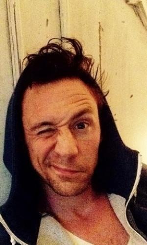 """O ator Tom Hiddleston também publicou uma selfie despenteado para participar da nova campanha chamada """"Wake Up Call"""""""