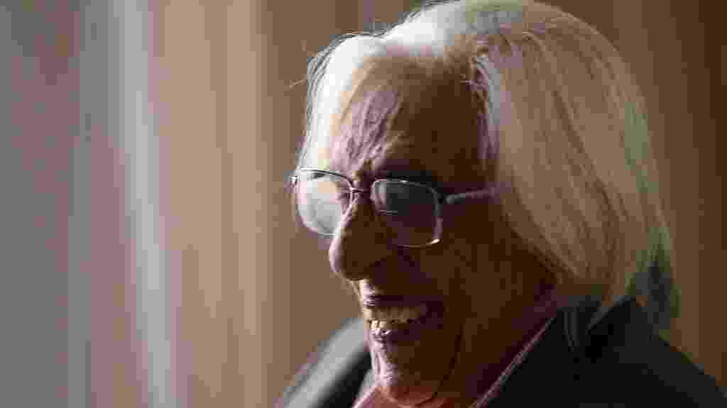 09.out.2014 - O escritor Ferreira Gullar recebe cumprimentos após ser eleito imortal na ABL (Academia Brasileira de Letras), no Rio - Julio Cesar Guimaraes/UOL