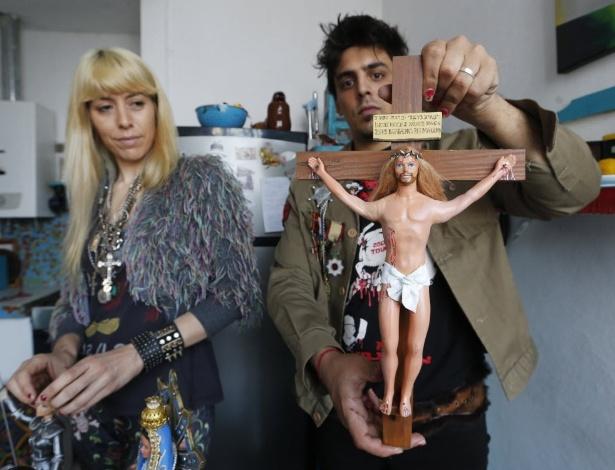 """23.set.2014 - Os artistas Emiliano Paolini e Marianela Perelli mostram boneco Ken vestido de Jesus para a exposição """"Barbie: ThePlasticReligion"""" - Reuters"""