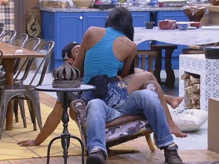 8.out.2014 - Lorena Bueri senta no colo de Diego Cristo e os dois quebram o pé de uma poltrona em