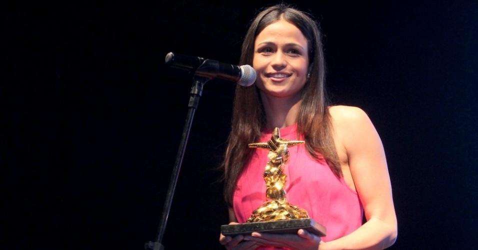 8.out.2014 - Nanda Costa entrega prêmio a Othon Bastos no 16º Festival de Cinema do Rio, na capital fluminense