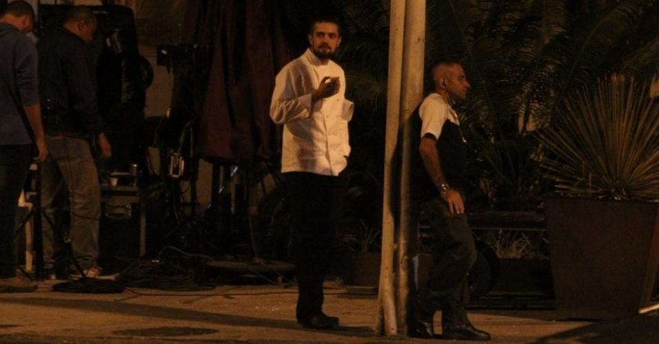 8.out.2014 - Rafael Cardoso se alimenta enquanto aguarda a gravação das cenas de