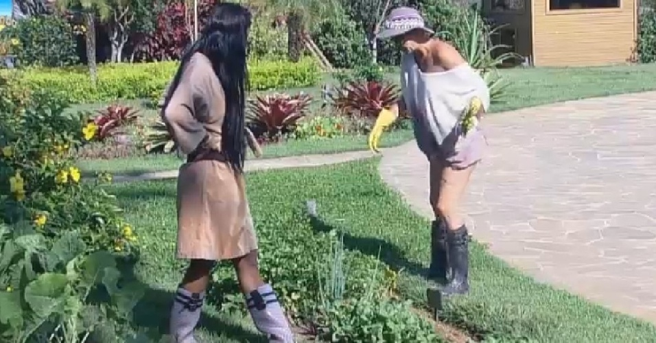 9.out.2014 - Lorena Bueri e Bruna Tang falam sobre beijo de Babi  Léo Rodriguez em