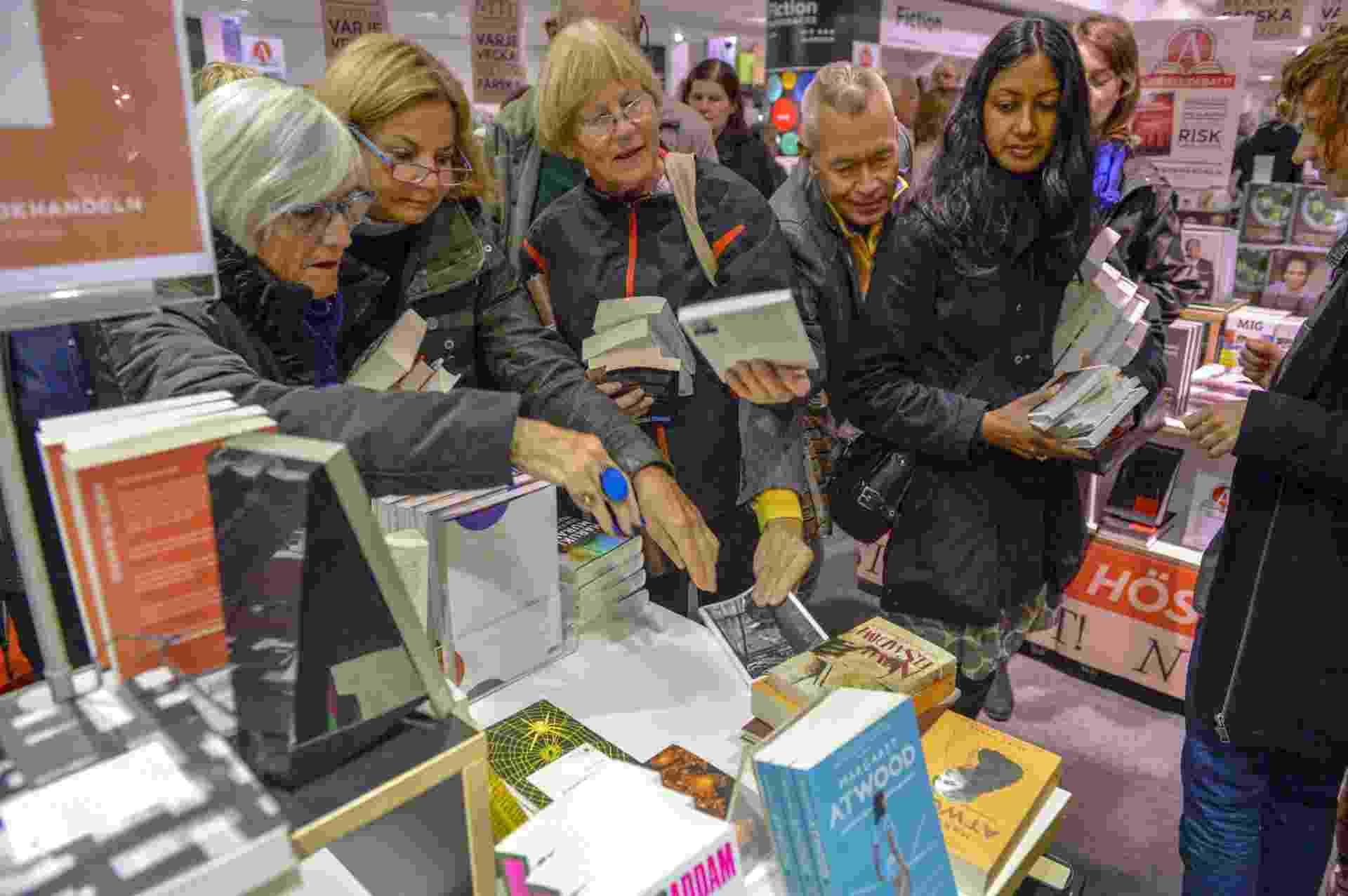 """9.out.2014 - O mais novo livro do escritor francês Patrick Modiano, """"L'herbe des nuits"""", é diputado em uma livraria Estocolmo - HENRIK MONTGOMERY/AFP"""