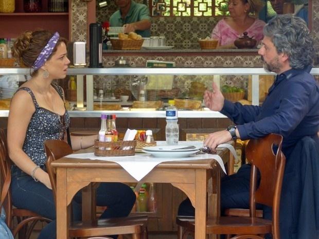 Cristina (Leandra Leal)fica desconfiada da tia depois que José Alfredo (Alexandre Nero) pergunta se Cora(Drica Moraes) seria capaz de forjar um exame